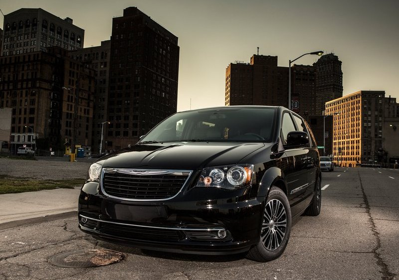 2013 Chrysler Town & Country S Front