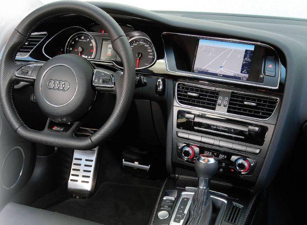 2013 Audi RS4 Avant Dashboard View